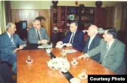 Sabir Əhmədli (solda) Müsavat Partiyasının başqanı İsa Qəmbər (soldan ikinci) və digərləri ilə