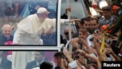 Բրազիլիա -- Հռոմի պապ Ֆրանցիսկոսը ողջնունում է իրեն դիմավորող հավատացյալներին Ռիո դե Ժանեյրոյում, 22-ը հուլիսի, 2013թ.