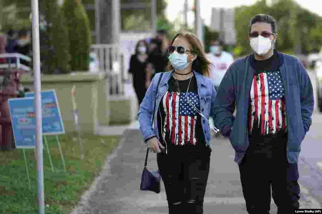Лейді Перес (ліворуч) та Еділіо Галлардо прибули, щоб проголосувати на виборчій дільниці в бібліотеці Джона Ф. Кеннеді в місті Хаяліа, Флорида