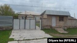 Дом в селе Казыгурт, в котором жил Марат Мауленов с семьей. Южно-Казахстанская область, 29 марта 2016 года.