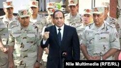 رئیس جمهور مصر در میان شماری از افسران عالیرتبه ارتش این کشور