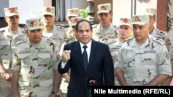 Египет президенті Абдель Фатах әл-Сиси (ортада) жоғары шенді армия басшыларымен бірге тұр.