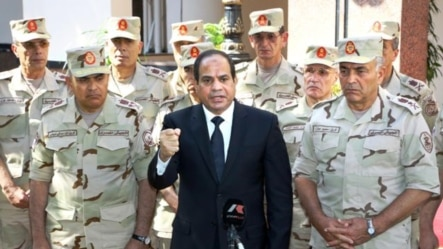 سیسی در کنار گروهی از افسران ارشد مصر