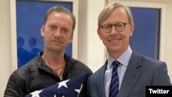 Звільнений ветеран Майкл Вайт (ліворуч) зі спеціальним представником США з питань Ірану Брайаном Гуком