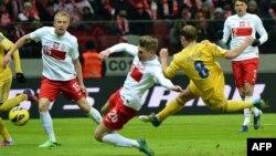 Роман Зозуля (в жовтій формі) забиває у Варшаві 22 березня 2013 року. Перемога над поляками подарувала надію українським уболівальникам