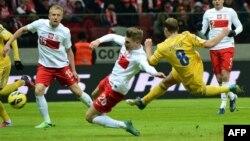 Один із героїв березневого матчу з поляками Роман Зозуля (на фото він у жовтій формі забиває гол) ледь не став антигероєм у Подгориці