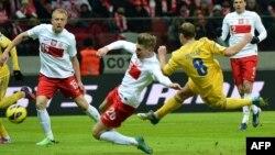 Збірна України взяла шість очок у двох матчах: спершу перемогла у Польщі (на фото Роман Зозуля забиває третій гол), згодом виграла у Молдови