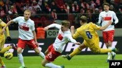 Роман Зозуля (у жовтій формі) забиває третій гол у ворота поляків, Варшава, 22 березня 2013 року