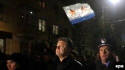 Группа пророссийских активистов изгоняет из Симферополя депутата Верховной рады Украины Петра Порошенко