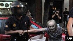 Сотрудник ОМОНа арестовывает женщину во время акции протеста. Иллюстративное фото.