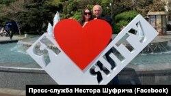Nestor Şufriç ve ömür arqadaşı «Yaltanı sevem» abidesi yanında