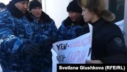 Наразылық танытқан белсенді Махамбет Әбжанды полиция ұстағалы жатқан сәт. Астана, 3 наурыз 2014 жыл.