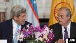 Глава МИД Узбекистана Абдулазиз Камилов (справа) и госсекретарь США Джон Керри.