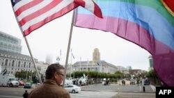 Гомосексуал адамдарды қолдап тұрған америкалық. Сан Франциско, 12 тамыз 2010 жыл