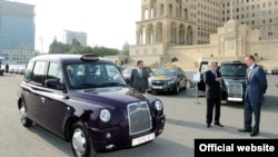 İlham Əliyev «London taksiləri»nə baxır