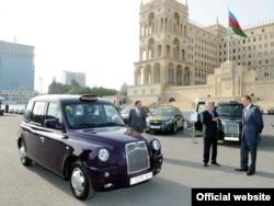 lham Əliyev taksilərin təqdimat mərasimində. 30 sentyabr 2010