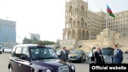 Президент Азербайджана Ильхам Алиев (справа) лично проверял прибывшие новые кэбы, площадь Свободы,Баку, 30 сентября 2010