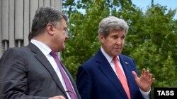 Президент Украины Петр Порошенко и госсекретарь Джон Керри во время встречи в Киеве 7 июля