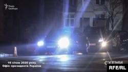 16 січня журналісти зафіксували, як в арку, яка веде до бокового заїзду в ОП, о пів на сьому вечора заїхала Audi преміум класу