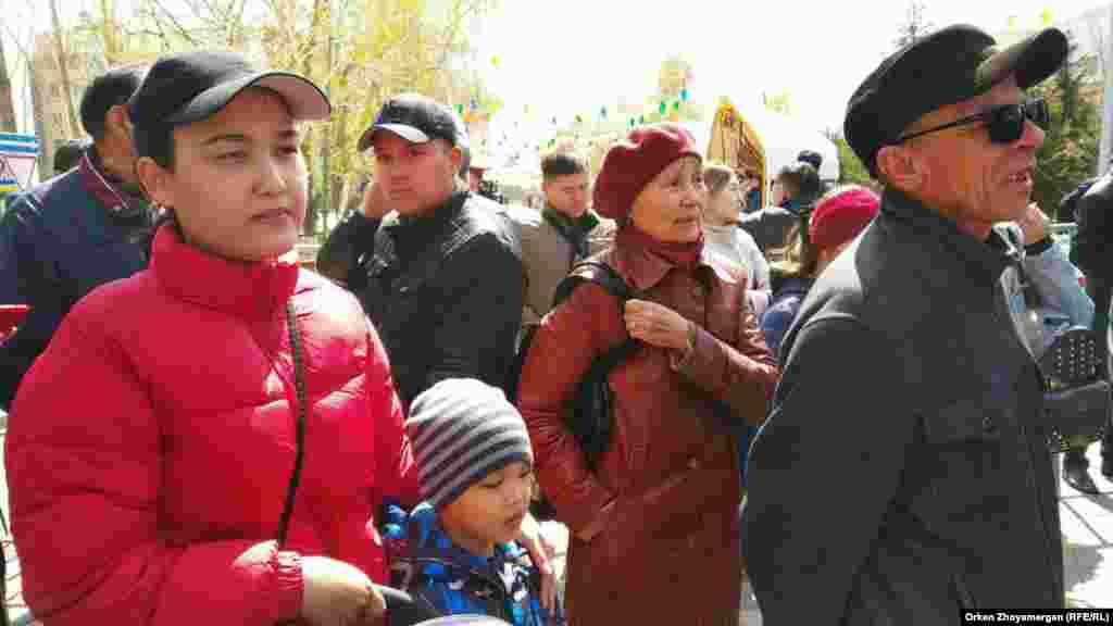 Чтобы выразить протест властям, некоторые люди пришли с детьми. Нур-Султан, 1 мая 2019 года.