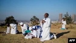 Верующие в Южной Африке молятся за выздоровление Нельсона Манделы. 30 июня 2013 г.