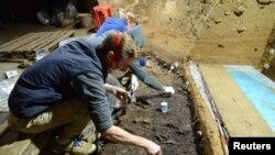 Археолози внимателно взимат проби от почвата в пещерата в Стара планина, където има остатъци от кости, зъби и артефакти на Хомо сапиенс и неандерталци