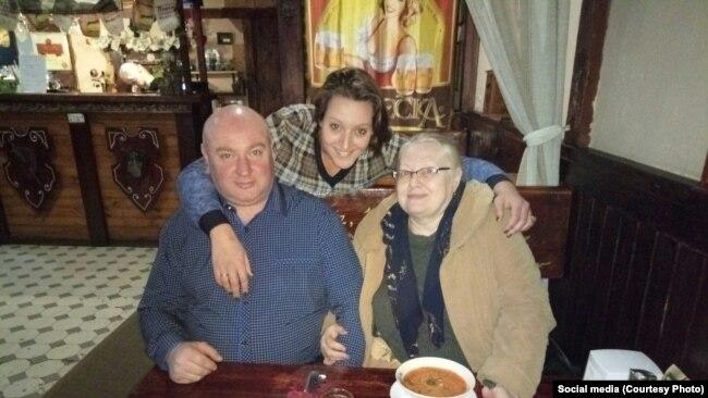 Александра Синяк с мужем Евгением и пенсионеркой Любовью Волковой