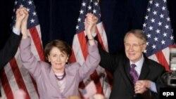 نانسی پلوسی (چپ) رییس مجلس نمایندگان از حزب دمکرات، از مخالفان سیاست های کاخ سفید در عراق است.