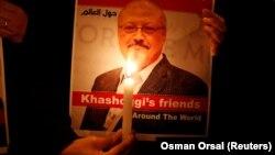 Илустрација - Фотографија од помен за убиениот новинар Џамал Кашоги