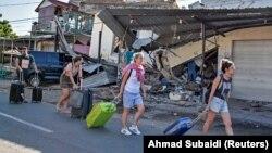 Иностранные туристы покидают остров Ломбок после землетрясения, 6 августа 2018 года