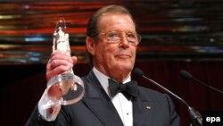 Роджер Мур получает награду за достижения в мировом кинематографе
