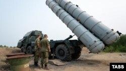 С-300 зениттік-зымыран кешенін сынақтан өткізу үшін нысана атуға даярланып жатқан ресейлік әскерилер. (Көрнекі сурет.)
