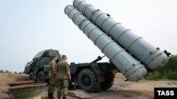 Российские военные во время боевых стрельб из зенитно-ракетных комплексов С-300 соединения противовоздушной обороны (ПВО). Иллюстративное фото.
