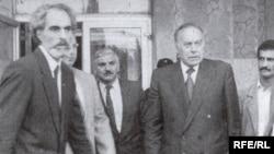 Prezident Əbülfəz Elçibəy Naxçıvandan Bakıya dəvət olunan Heydər Əliyevi qarşılayır, 1992-ci il