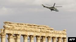 Российский вертолет над руинами Пальмиры