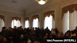 Обманутые вкладчики в Торгово-промышленной палате Татарстана после встречи с Ильдаром Халиковым.