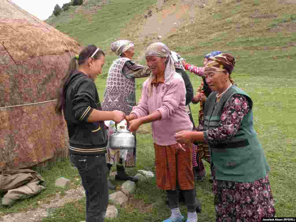 Пришли уважаемые гости. Младшие из детей встречают гостей с чайником воды, чтобы они помыли руки перед трапезой.