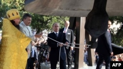 Президент Росії Володимир Путін (посередині) і президент України Віктор Янукович (другий зліва) на освяченні дзвону в Свято-Володимирському кафедральному соборі в Херсонесі Таврійському, Севастополь, 28 липня 2013 року