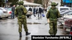 Вооруженные люди в камуфляжной форме без опознавательных знаков в Крыму накануне аннексии полуострова Россией. Аэропорт Симферополя, 28 февраля 2014 года.