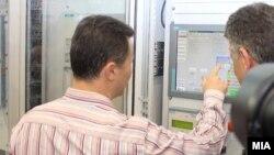"""Премиерот Никола Груевски и генералниот директор на АД """"Електрани"""" на Македонија Влатко Чингоски го означија почетокот на работењето на новиот хидроенергетски капацитет ХЕЦ """"Света Петка"""" во август 2012 година."""