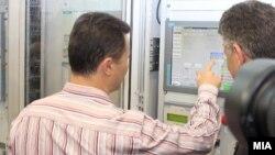 """Премиерот Никола Груевски и тогашниот директор на ЕЛЕМ Влатко Чингоски го означија почетокот на работењето на новиот хидроенергетски капацитет ХЕЦ """"Света Петка"""" на 1 август 2012 година."""