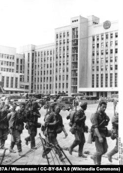 Август 1941 года, немецкие войска перед Домом правительства в Минске