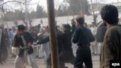 Силы безопасности пытаются разогнать участников беспорядков в Герате