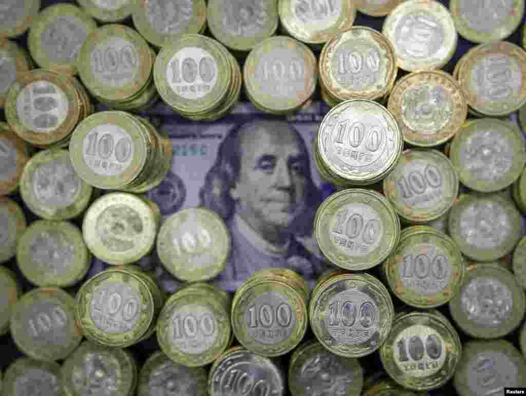 1993 жылы күзде алғаш айналымға енгізілгенде Қазақстан валютасының АҚШ-тың бір долларына шаққандағы бағамы 4,7 теңге болып белгіленген. Екі айдан кейін доллар бағамы 54 теңгеге қымбаттады.