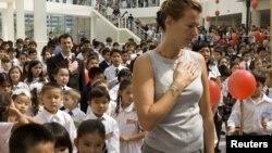 Учителя и школьники слушают гимн Казахстана. Алматы, 1 сентября 2008 года. Иллюстративное фото.