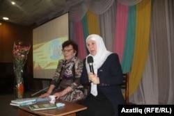 Фәүзия Бәйрәмова (у) һәм китапханәче Исламия Динмөхәммәтова