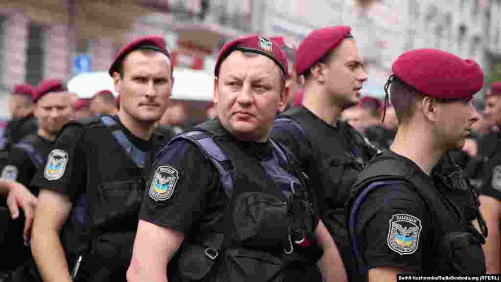 Полицейские пресекали попытки противников демонстрации прорваться к колонне с активистами.