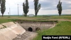 Пересохшее русло водного канала в Советском районе Крыма. Май 2014 года