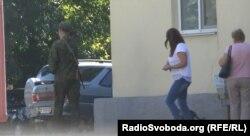 Вооруженный охранник на проходной «Ровеньковского пивзавода»
