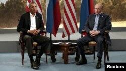 """Обама менен Путиндин """"Чоң сегиздин"""" саммити учурундагы кездешүүсү. Түндүк Ирландия, 17-июнь, 2013-жыл."""